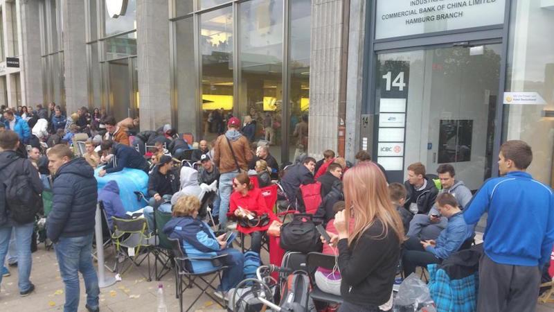 Wielki tłum zebrał się już pod sklepem Apple Store w Hamburgu