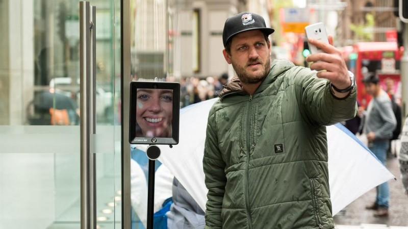 Robot z iPadem trzyma miejsce w kolejce w Sydney